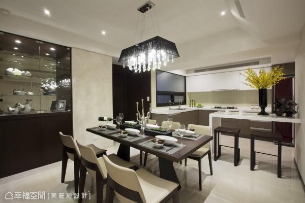 开放式的餐厨空间,特别增加便餐台设计,提升使用机能。