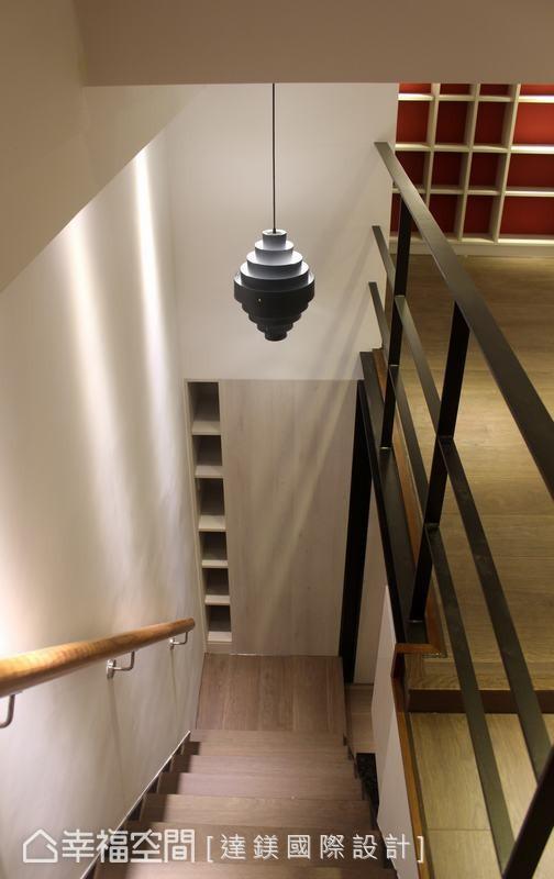 台阶转角处利用玄关设置的收纳柜背面,再规划一个展示柜,整合畸零空间发挥最高的收纳机能。 (此为3D合成示意图)