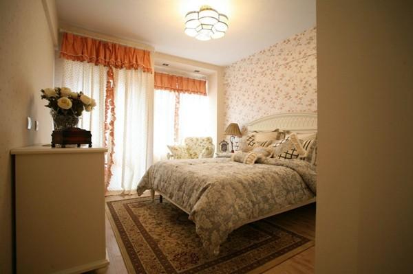 这两者的色调搭配要和谐,要确定出一个主色调,比如墙上贴了色彩鲜丽的壁纸,那么窗帘的颜色就要淡雅一些,否则房间的颜色就太浓了,会显得过于拥挤。
