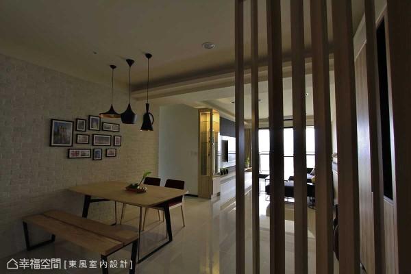客厅与廊道衔接处,东风室内设计设定入双面向展示柜体,让随兴摆放的艺术单品,能够分享于空间的每一隅角落。