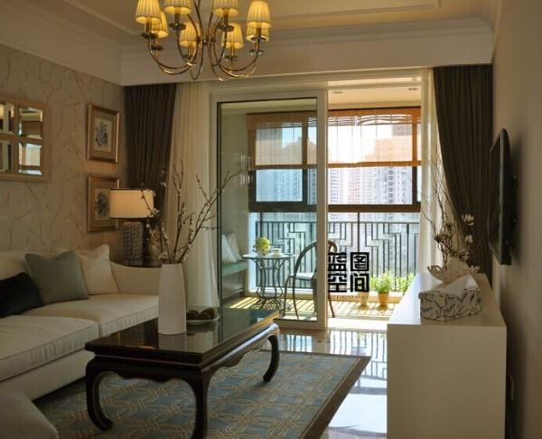 客厅的总体风格为简约美式,美式的茶几和简约现代的搭配很一致。