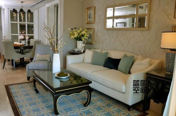 餐厅处看客厅,餐厅的全貌很简约。客厅的风格用简单的壁纸来衬托。