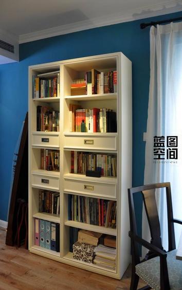 书房并没有做成一体柜式的书桌和书架,而是随意进行搭配定制更显随性感。
