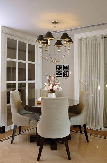 餐厅全貌特写,餐厅主要以白色调为基准,餐厅吊灯更显的富丽堂皇。