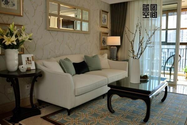 家庭的二人沙发简约的风格,沙发的简约白色的风格整体提升了简约感。