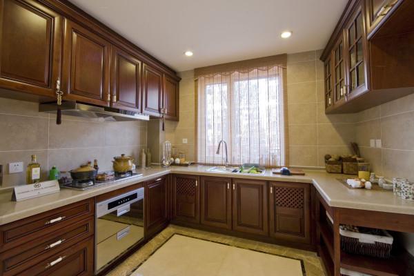 柜要考虑到科学性和舒适性。灶台的高度,灶台和水池的距离,冰箱和灶台的距离,择菜、切菜、炒菜、熟菜都有各自的空间,橱柜要设计抽屉。