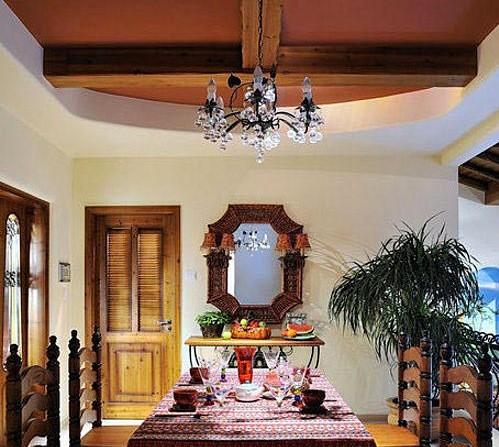 东南亚式田园风家具风格显得粗犷,但平和而容易接近。材质多为柚木,光亮感强,也有椰壳、藤等材质的家具。做旧工艺多,并喜做雕花。色调以咖啡色为主。