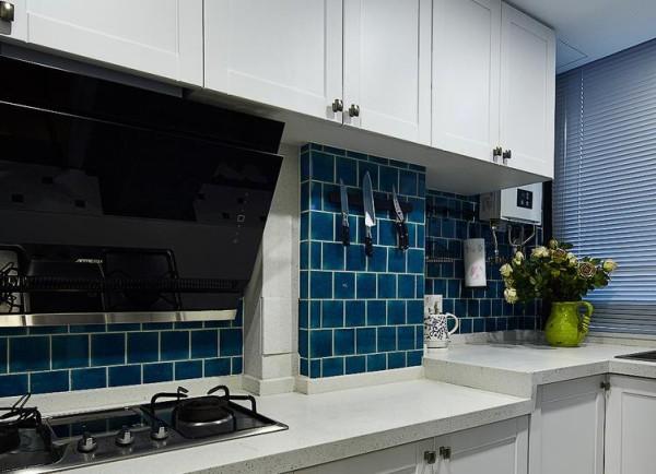 厨房以白色蓝色为主色调
