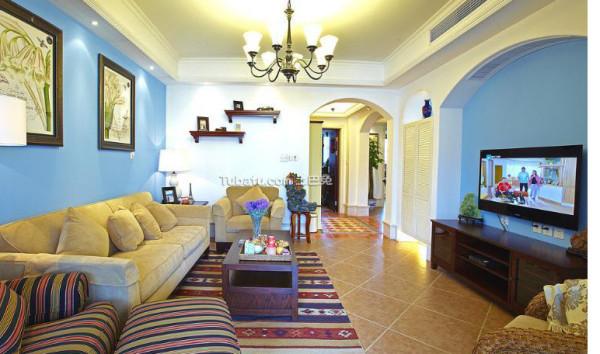 家具尽量采用低彩度、线条简单且修边浑圆的木质家具。地面则多铺赤陶或石板。在室内,窗帘、 桌巾、沙发套、灯罩等均以低彩度色调和棉织品为主。素雅的小细花条纹格子图案是主要风格。