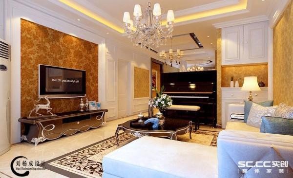 客厅设计: 客厅电视背景墙采用深色花纹壁纸与墙面的白色形成和谐的对比,而在电视桌上摆放着美式装饰品,让整个空间显得不那么单调,客厅与餐厅用钢琴自然地隔开,和谐而高雅,更能凸显出主人的高贵