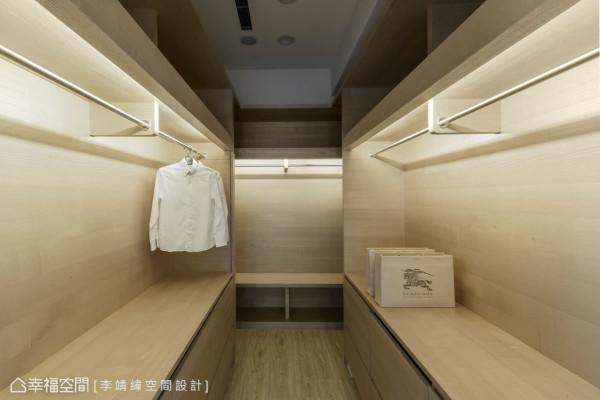 双向的更衣空间拥有充足的收纳量,上方的大型置物柜、开放式衣架、抽屉式收纳,井然有序的置放生活用品。