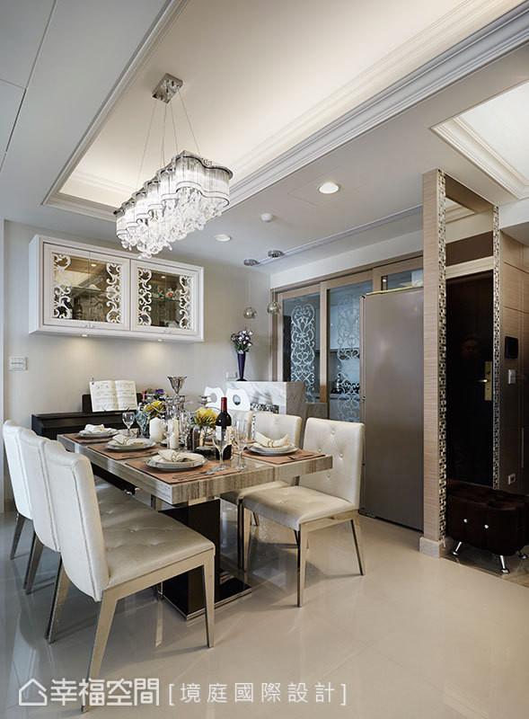 将冰箱隐藏于玄关镜面墙后,并拿掉厨房原有隔间墙,改以喷砂图腾玻璃拉门替代,完美串起餐厨的紧密关系。