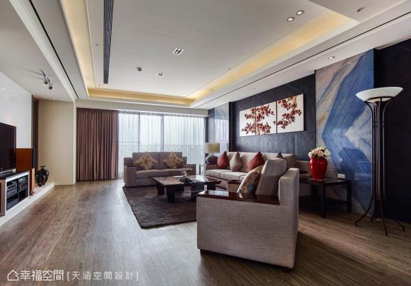 东西风格要融合,紧扣着「中庸」元素前进。来到宽阔尺度的客厅,配合订制沙发和座椅,并以浅色布面订制,让视觉重心移至主墙面。