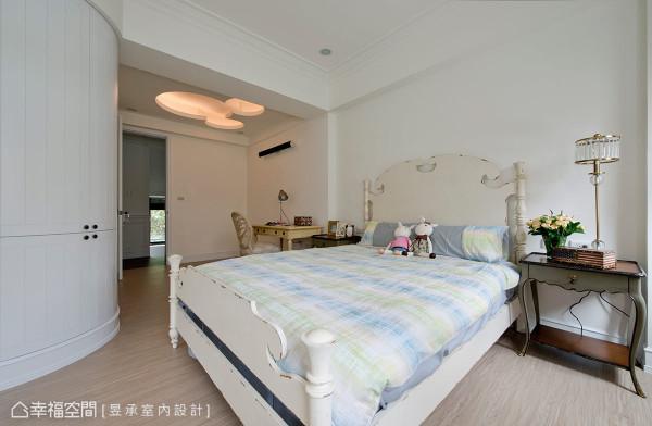 二楼小孩房运用米奇造型天花板来设计间接光源,并增添童趣感,加上导圆收边的柜体设计,相当安全又温馨。