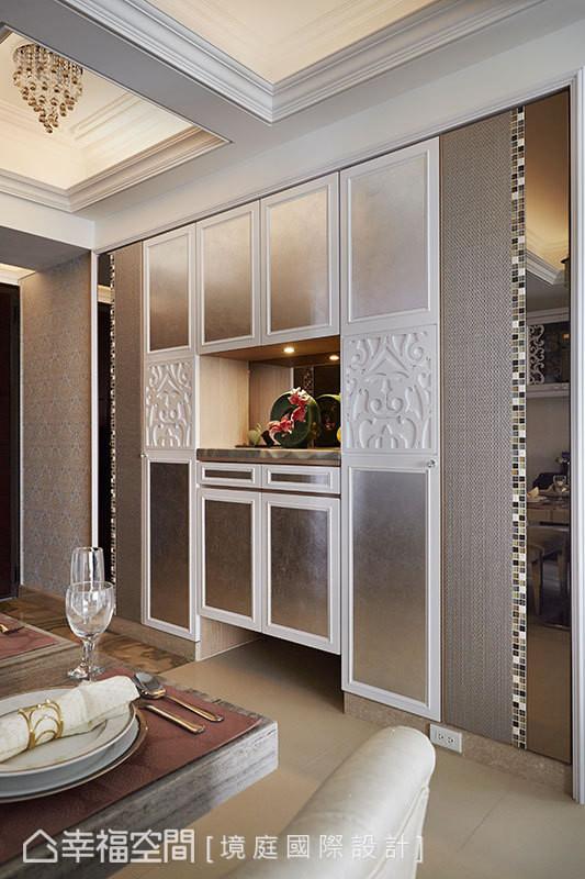 因房屋原本的格局,使鞋柜位置邻近餐桌,周靖雅设计师特意以雕刻板及银箔,呈现鞋柜的精品质感,降低与餐厅的违和感。