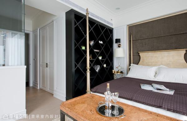 偌大的主卧室配备超大的更衣室空间,以白色古典横拉门区分内外,收纳机能完备外,可移动的中岛收纳柜,更是女主人的最爱