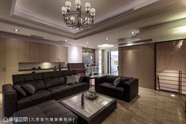 帝诺大理石地坪上摆放黑色质感沙发组,在古典造型主灯下,形塑一派大器轩朗感。