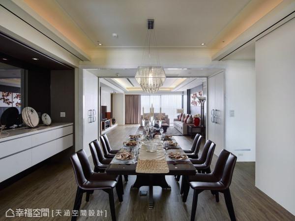 在客餐厅交会处,以对称的磅礡气势门拱,柜体上则装饰有天涵团队精心设计的铁件图腾门把,黑白相对映,时尚又兼有中国情愫。