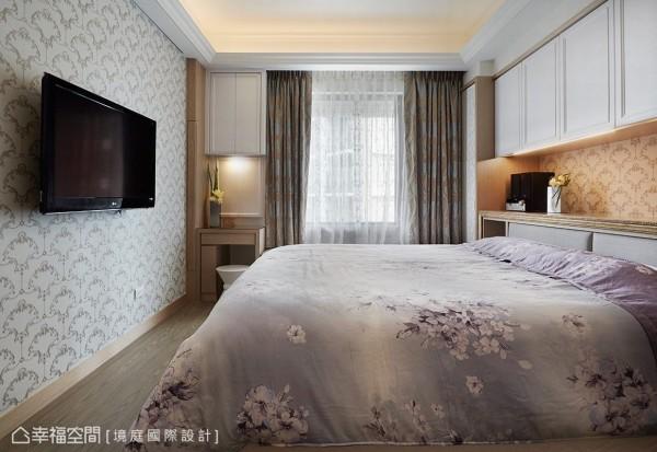 将床头的梁下空间做成收纳柜,解决梁压床的风水问题。窗边的梳妆台,加装可收起的侧拉镜,体贴女人的爱美之情。