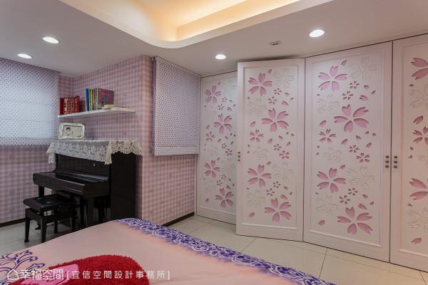 特别设计的落地柜,兼具收纳机能与造型特色,粉色雕花的门片,完美烘托空间的设计主轴。