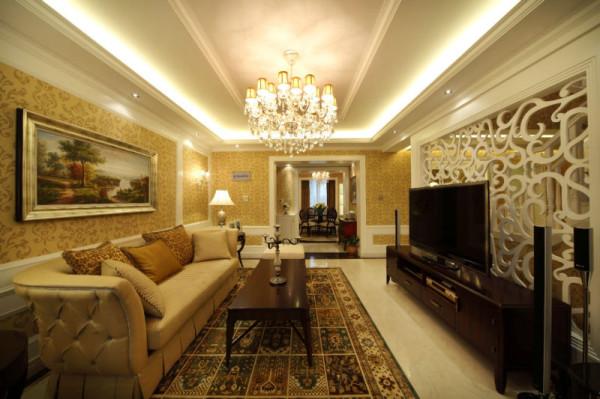 这是一套简欧风格的设计,三口人居家。大胆的运用了咖啡色调的搭配,从设计师上说,客厅装饰护墙板墙裙和暖色调装饰墙纸为整个居家提升品位,让居家氛围显得更温馨,明快