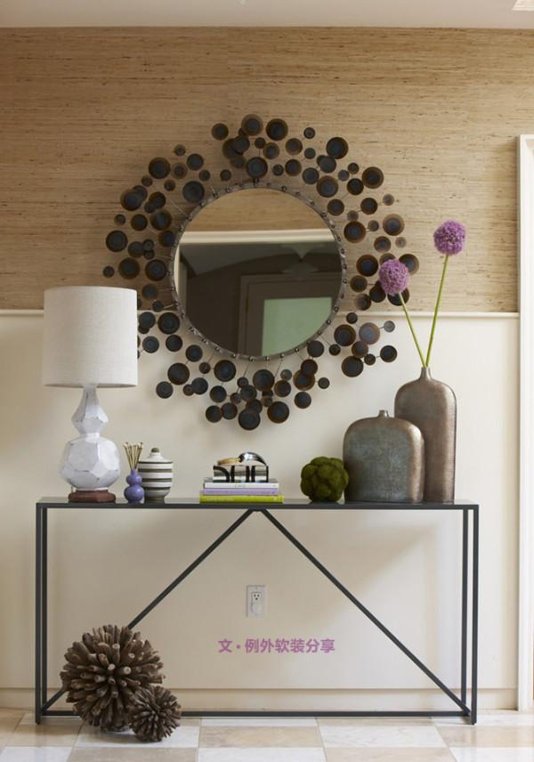 客厅是整个家的门面所在,小户型家庭的空间相对较小,借助镜子这一空间魔法师便能将客厅的面子做足,让空间扩增一倍也并非难事。