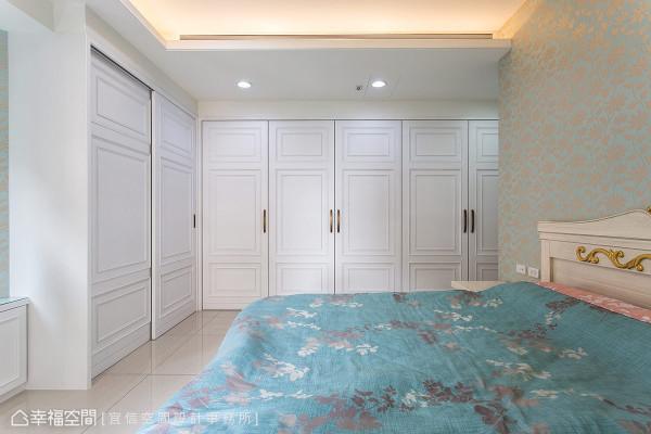 主卧房右侧的门面,以白色线板的连贯设计整合,并将梳妆台、卫浴及衣柜隐藏其后,达到屋主想要的清爽质感。
