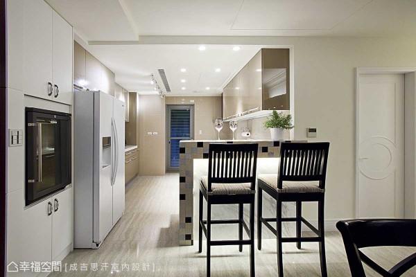 拆除墙线后的厨房空间,设计师廖正壹增设入大理石吧台机能,马赛克般的挑色拼接,展现细腻做工。