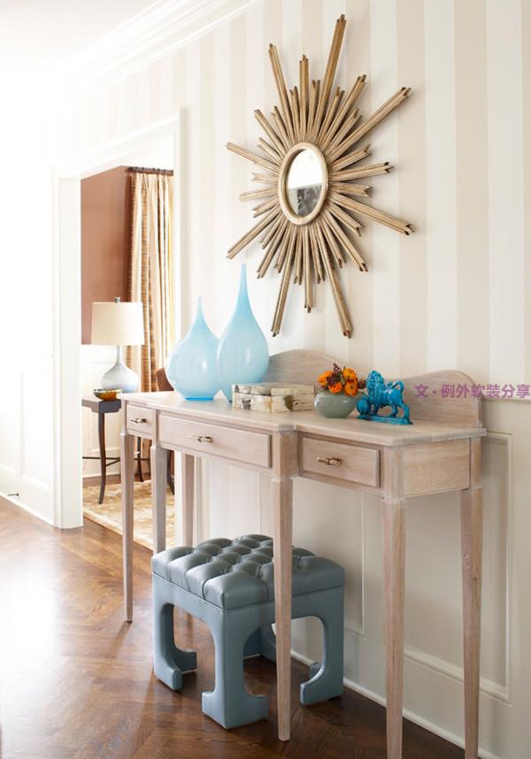 通常来说在沙发背景墙区域搭配一面较大的镜子就可以,至于镜子的尺寸和颜色的选择可以根据客厅的面积和格局的具体情况做选择。