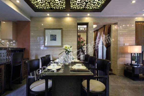 餐厅以具有东方中式风格的禅意家具与灰色玻璃装饰相结合,使整个空间传统中透着现代,现代中揉着古典。