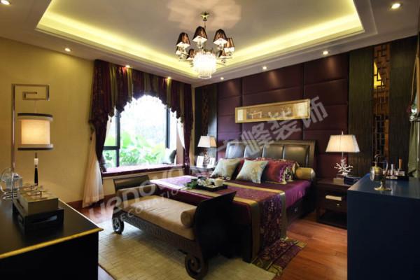 主卧空间原本不大,为了延伸空间,设计师把背景色调整为深色,加以浅色为主的其他墙面装饰使整个空间丰富而有层次。
