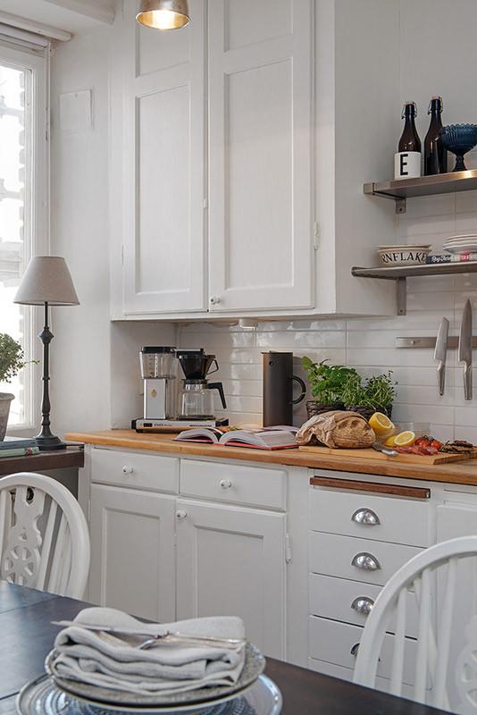 造型简单的橱柜,满足了整个厨房的收纳需求。