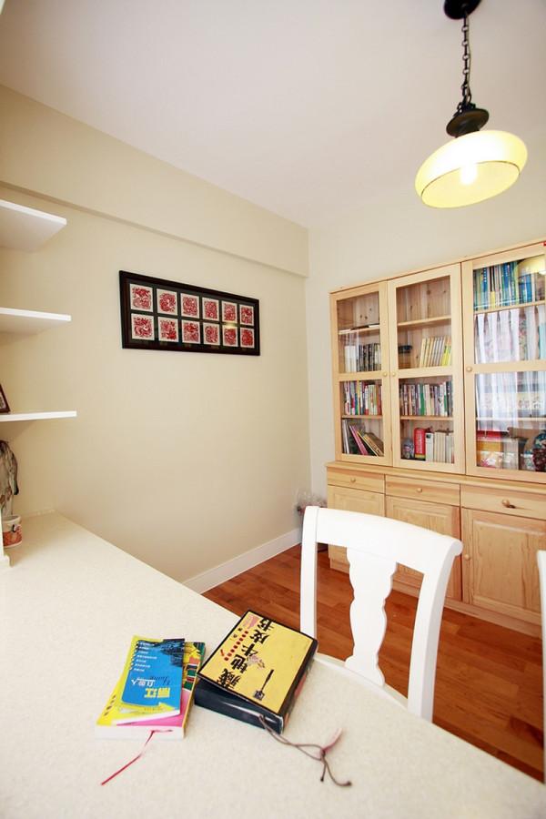 书房装修把一些精细的後期配饰融入设计风格之中,充分体现设计师和业主所追求的一种安逸、舒适的生活氛围