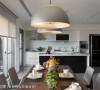 喜欢下厨的男主人,可在机能齐备的中岛厨房区,与餐桌上的家人热切互动。