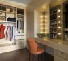 灯泡式化妆台的设计,以明星化妆台规模打造更衣室。