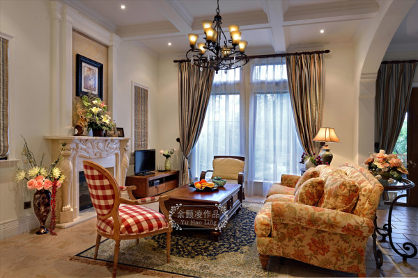 业之峰装饰设计师在设计此区域时,主要选择碎花的沙发、格式的单椅、壁炉、美式风格的吊灯及九宫格的吊顶整体运用和搭配。