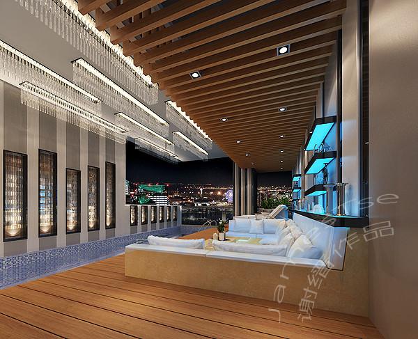 誉峰别墅装修设计:誉峰这套房子本身结构上面就有这条长廊,把它打造成游泳池后,左临客厅,右能欣赏成都夜景,这就成了家里最大的亮点。