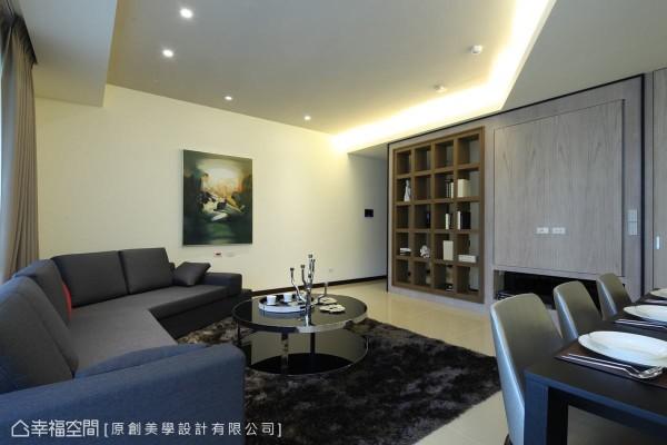 为呼应天花造型元素,杨自晔设计师特以有如海湾型状的沙发配置,增添空间趣味性,同时平衡空间感。