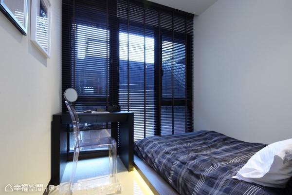 以百叶窗呼应建筑外观的格栅元素,考虑到落地窗位置及有限的空间条件,杨自晔设计师以和室的概念规划实用的客房空间。