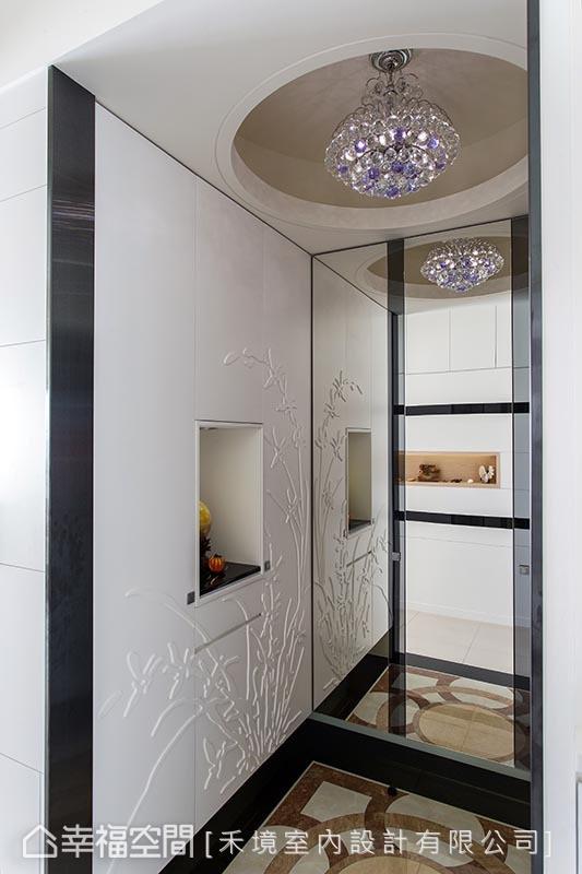 延伸至侧向镜面的柜体设计,以L型大尺度,满足鞋柜收纳所需,而对向立面处则隐藏有下掀式穿鞋椅机能。