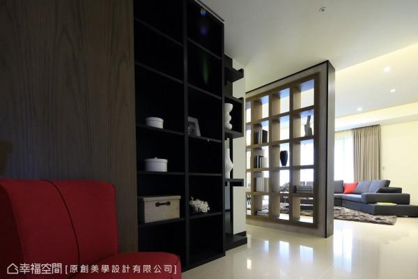 顶天立地的双面展示柜,虚实界定出走道与客厅的场域分界。
