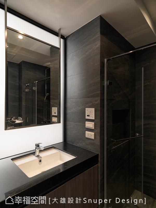大雄设计在壁面做了微内凹的设计,可放置沐浴用品,并结合金属、镜面、雾玻璃与人造石材质,呈现饭店式风格设计。