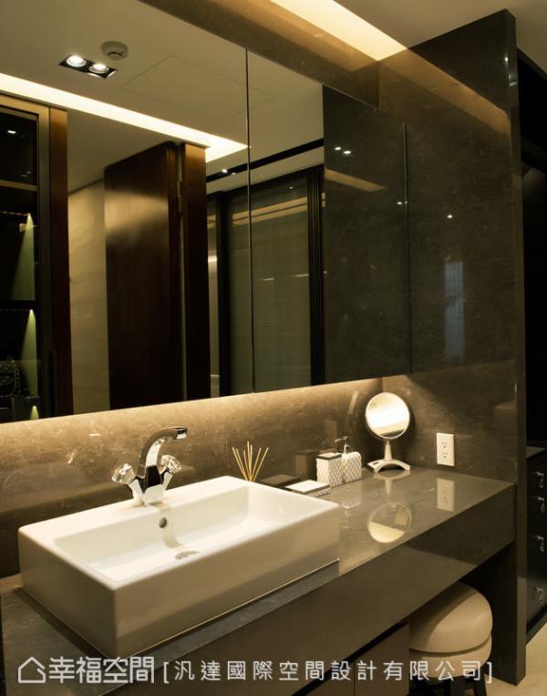 伯爵灰的大理石台面搭配水晶龙头的洗手台,营造大饭店式的精品质感。