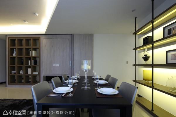 运用梁下空间作为电视主墙,活动式的浅色木皮门片可视需求调整视听角度,侧边则隐藏了通往厨房的入口动线。