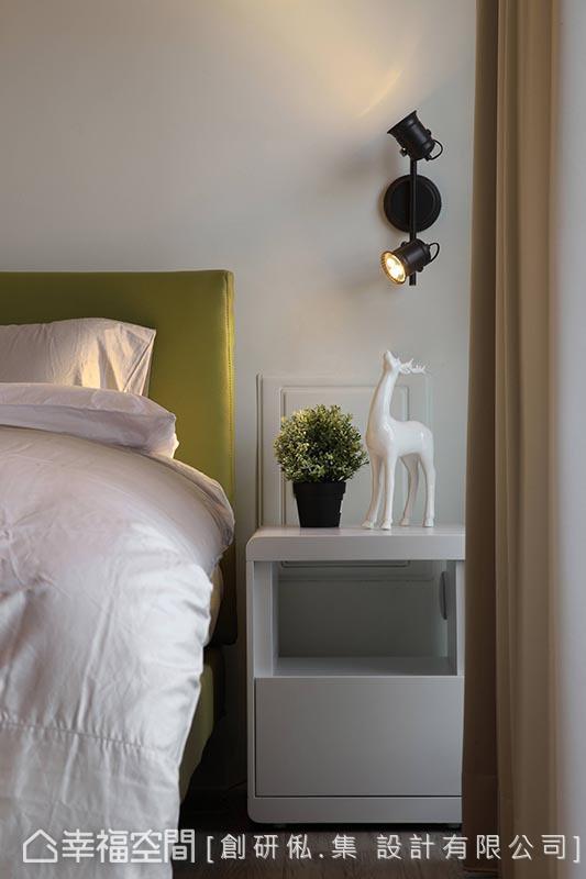 位于顶楼的男孩房紧邻露台,创研俬.集 设计以孔雀绿带入鲜明活泼的色调,间接与窗外的采光绿意呼应。