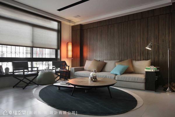 在单侧采光的格局条件中,有着与邻栋过近的隐私问题,创研俬.集 设计以半透光的灰色风琴帘兼顾隐私、采光与空间氛围。