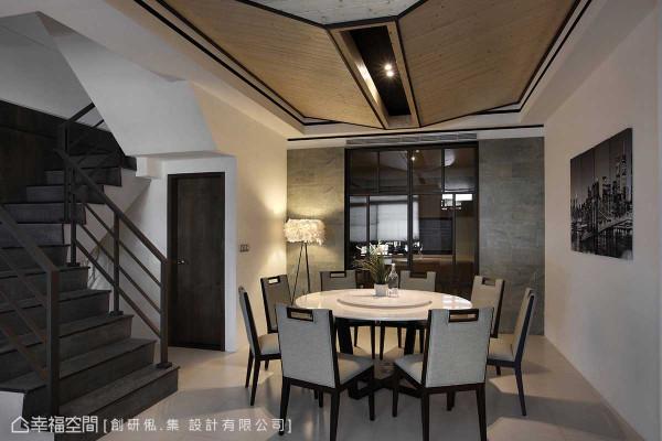 圆形的餐桌与厨房的衔接动线为视觉重心,辅入侧向板岩与铁件几何切割的茶玻拉门,在对称典雅中带入简练的设计线条。