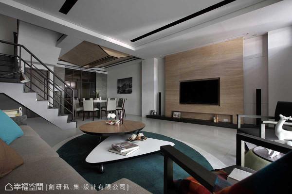 原先楼梯动线贴齐沙发背墙,客厅相对拥挤狭隘,创研俬.集 设计利用电视主墙两侧既有的柱体,规划客厅的重心位置,并配合将楼梯调整转向,成为客餐厅分界暗示。
