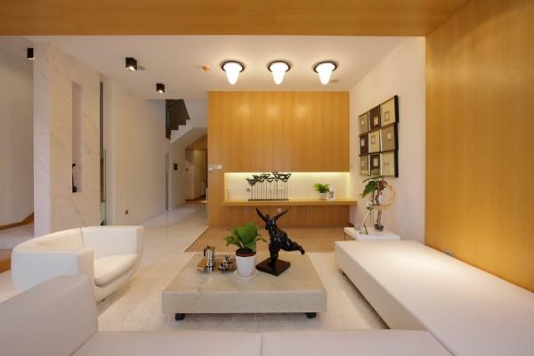 墙面大面积使用木饰面装饰,以白色的乳胶漆相搭配,是整体控看温馨明快,又不失时尚之感。
