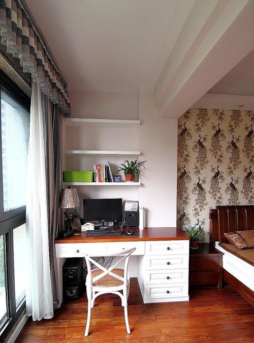 卧室的阳台运用:改为电脑桌,晚上时,拉上窗帘,总结下一天工作,玩了小游戏,惬意。